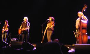 taylor, rodriguez met gitarist en bassist...