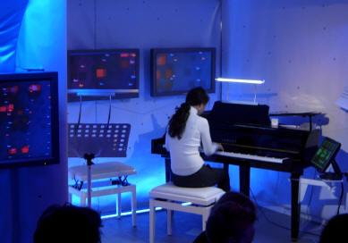pianiste speelt trollendans...