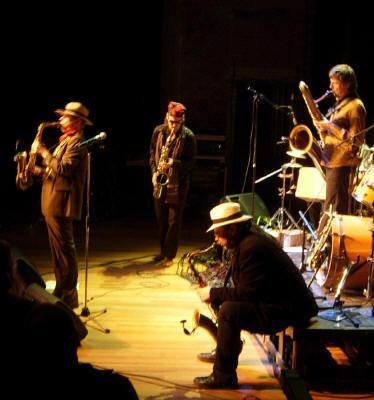 de vier saxofonisten van de band...