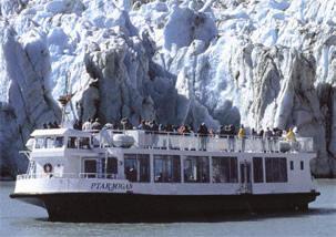 rondvaartboot bij een gletsjer in alaska...