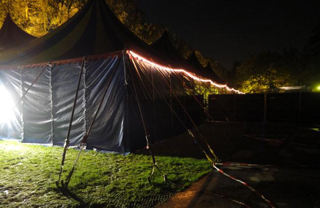het laatste beeld van het festival voor ons - de achterkant van de grote tent...