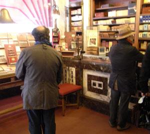 in hajenius, de beroemdste sigarenzaak ter wereld...