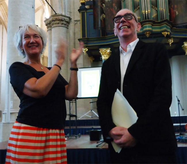 joost swarte en zijn vrouw nemen een staande ovatie in ontvangst...