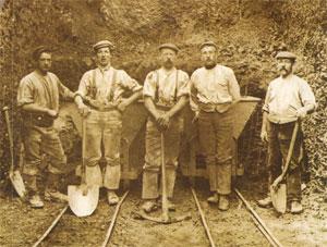 een groep spoorwerkers