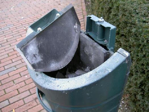 gesneuvelde afvalbak...
