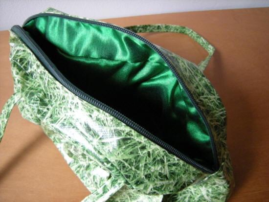 binnenwerk van glanzend groene satijnen stof...