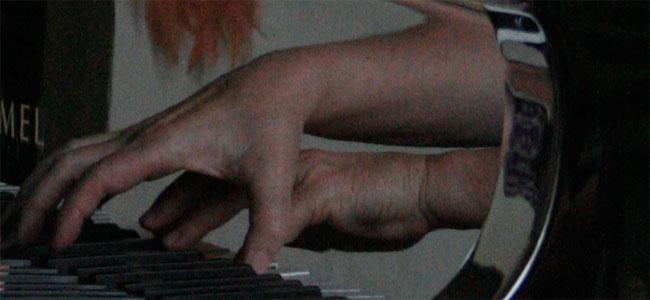 de handen van nynke eekhof, weerspiegeld in de vleugel...