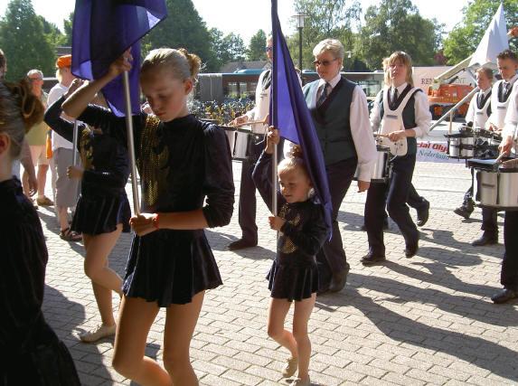 klein meisje met grote vlag...