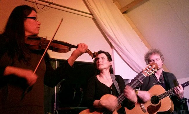 Violiste Wendy van Zomeren, gitariste Helga Huisjes en gitarist, zanger, banjo, en bodhranspeler Pim Leutholff