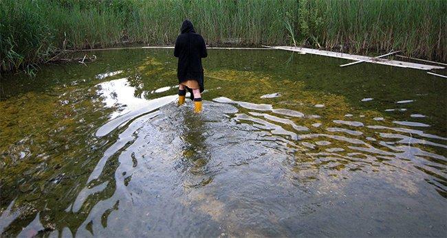 En dan passeert aan de overkant in het water ineens de moeder van de verdronken jongen, die nog steeds blijkt te spoken , op zoek naar haar verdronken zoon...