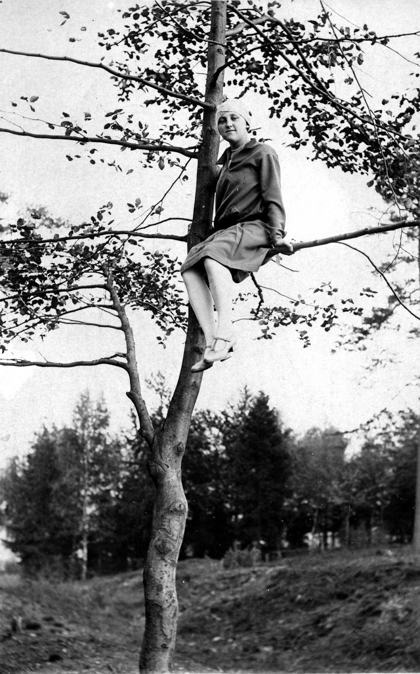 vrouw in boom