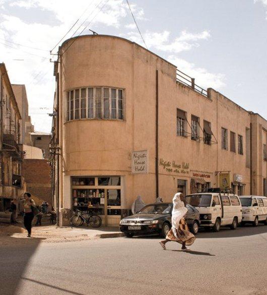 Een van de vele modernistische gebouwen in Asmara